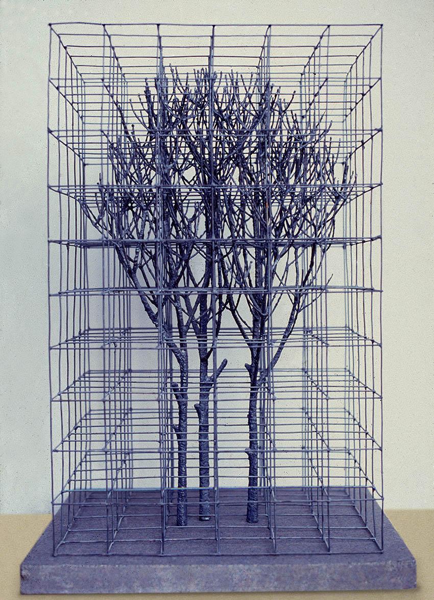 Trærne i et tredimensjonalt gitter er i utgangspunktet en test på om jeg skulle greie oppgaven å sveise det sammen. Tro meg, det er ikke lett. Nå står skulpturen i den norske ambassaden i Petroria.