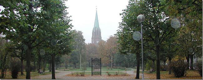 Den av VENNSKAPSPORTENE som står i domkirkeparken i Fredrikstad. Den andre står i domkirkeparken Kotka i Finnland.